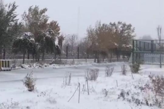 前日新疆积雪齐踝 今起冷空气主体撤离