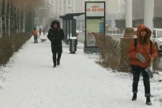 长春出现降雪 铲雪车集结到位!
