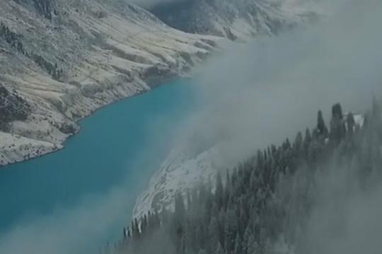 雪雾中的昭苏玉湖