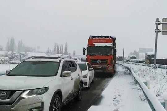 新疆霍城县现强降雪天气 致交通严重受阻