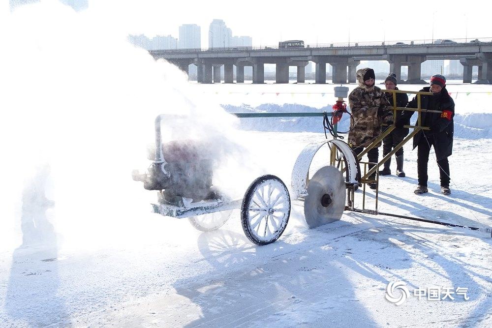 敬业!松花江畔采冰工人冒零下23度严寒作业
