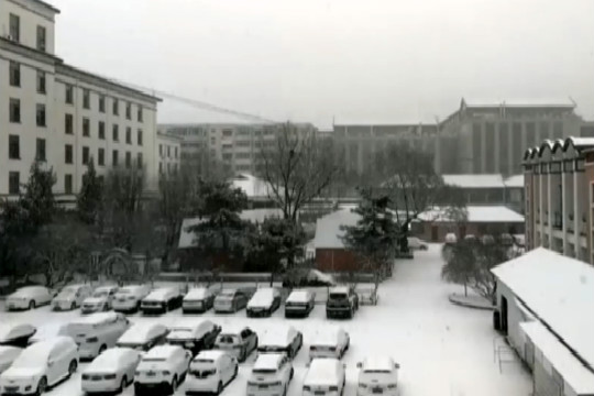 河北承德市区大雪纷飞 路面积雪阻通行