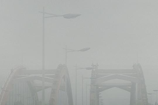 大雾笼罩贵州贵阳能见度不佳