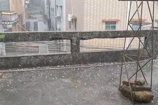 13日上午 广东多地出现强对流天气