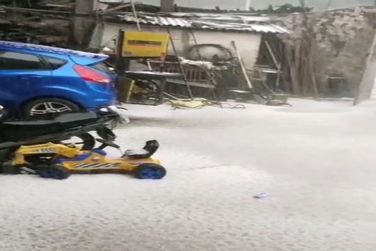 云南屏边县遭遇雷电冰雹天气