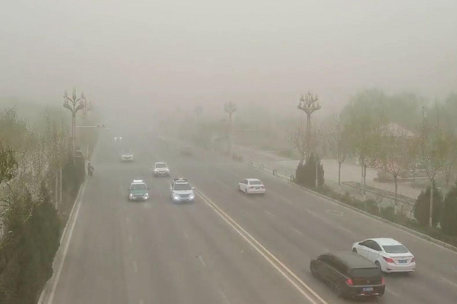 新疆多地遭遇沙尘暴 局地能见度不足500米