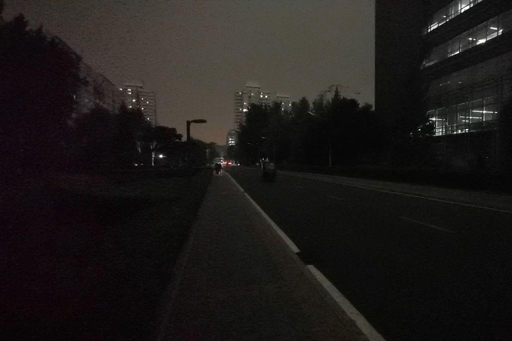 北京午后遭遇强对流天气 城市昼如黑夜