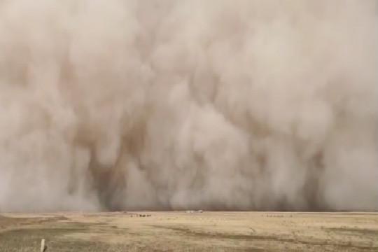 青海格爾木突遭強沙塵暴襲擊