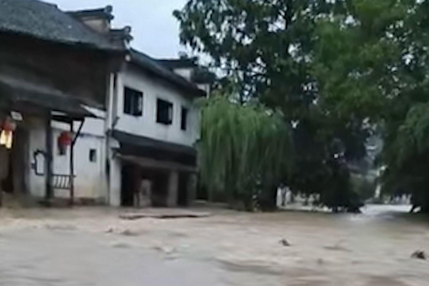 安徽绩溪龙川普降暴雨 村民家中洪水泛滥