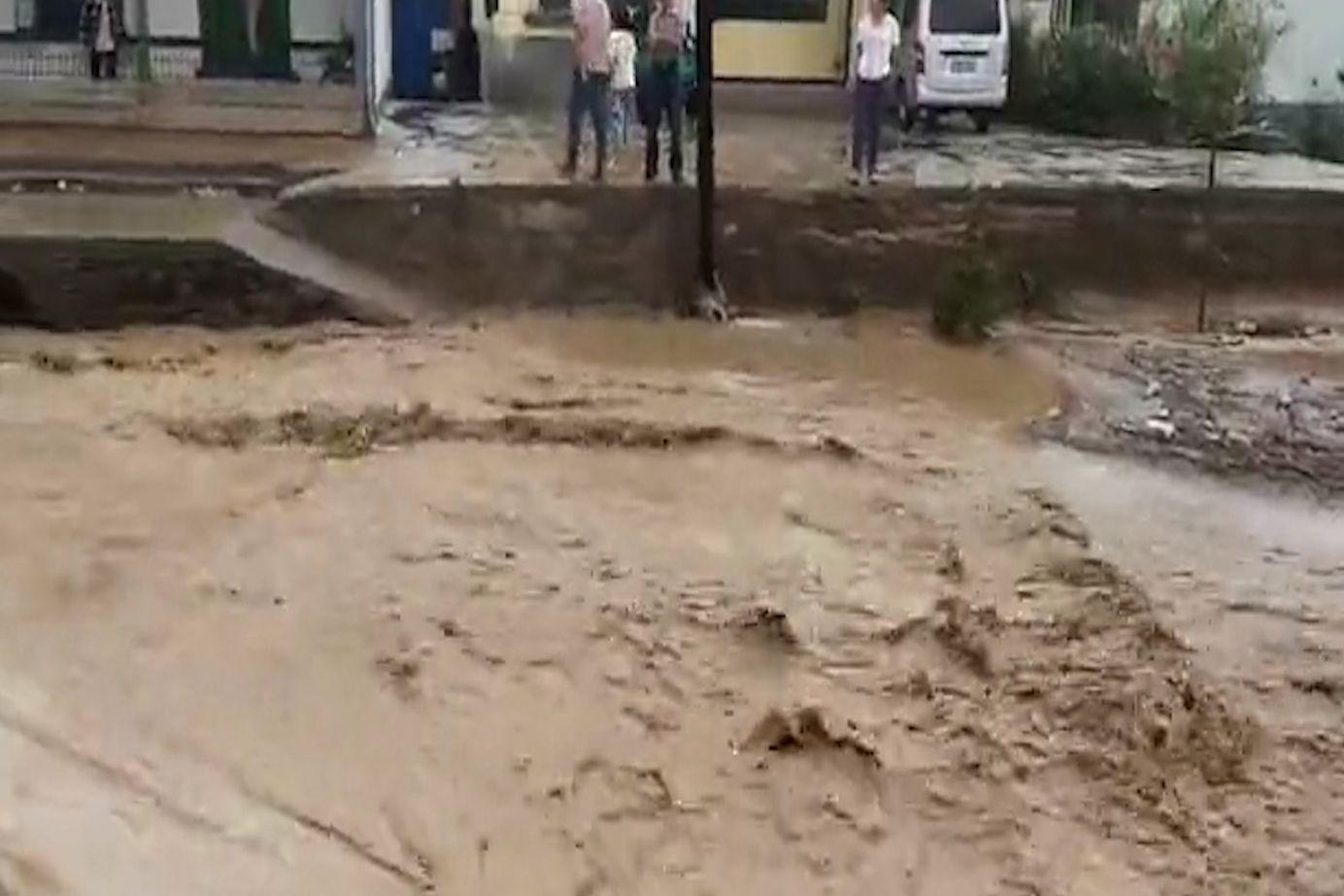 甘肃靖远局地暴雨北湾街道洪水漫延