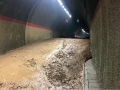 甘肃东乡:暴雨致隧道淤泥堆积阻通行
