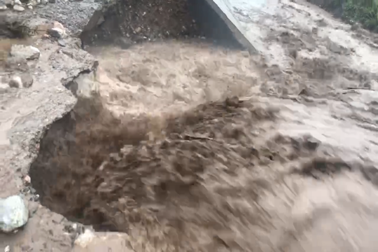 甘肃定西:强降雨致房屋垮塌河流上涨