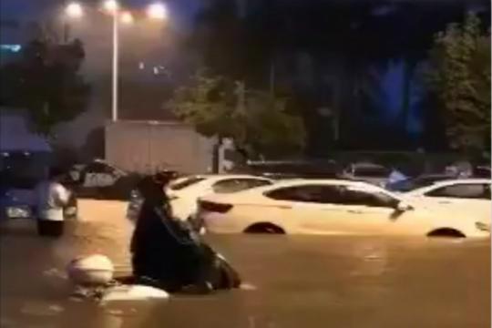 福建廈門遇強降水 街道成河多車拋錨