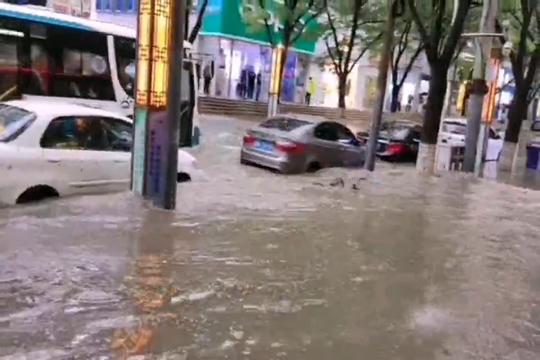 甘肃兰州:雷雨致市内道路积水