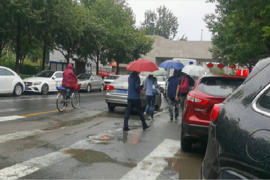 秋雨再送秋意 北京晨起仍有小雨