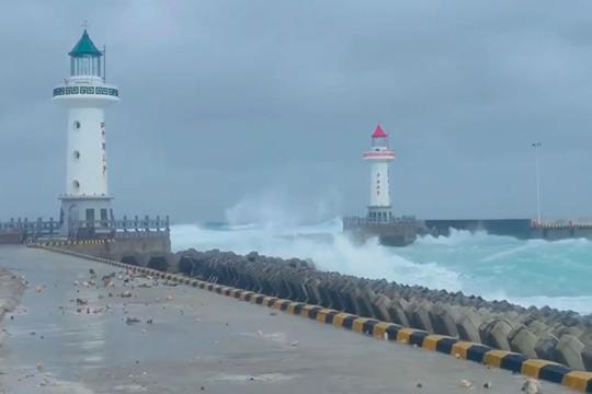 台风来袭 三沙永兴岛海浪翻涌
