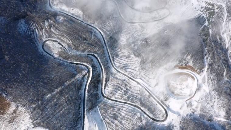 北京百花山雪后云雾缭绕 美如山水画