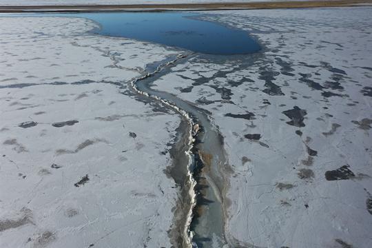 青海湖冰面开裂 开启解冻第一步