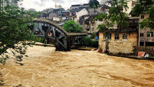 強降雨來襲!秀麗小河變身洪流