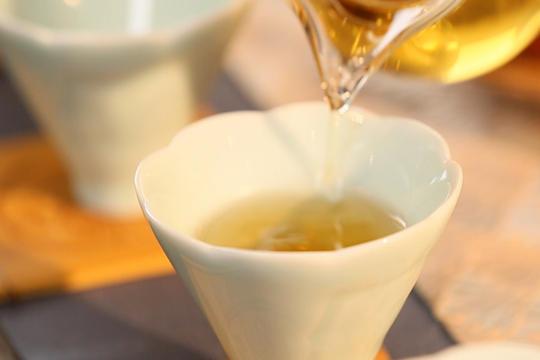 蕭蕭秋意涼 飲杯寒露老白茶