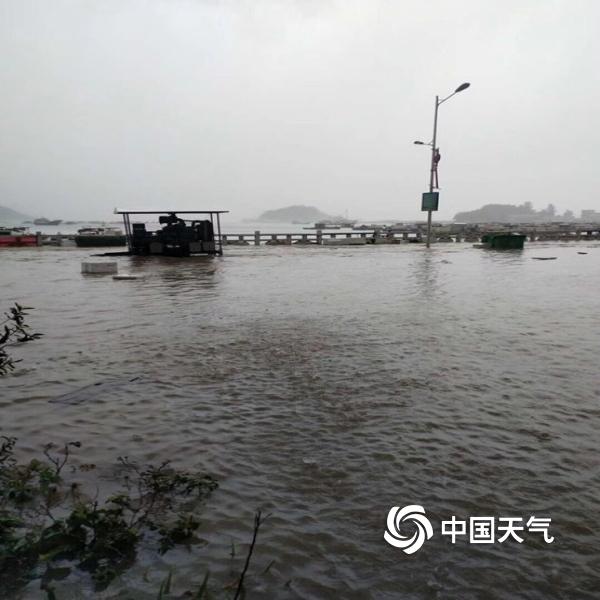 """特大暴雨来袭 广东台山现""""水浸街"""""""