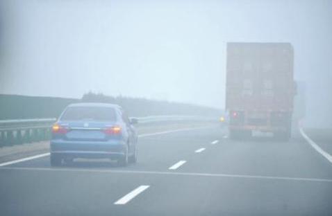 高速公路上行车遇到团雾该怎么