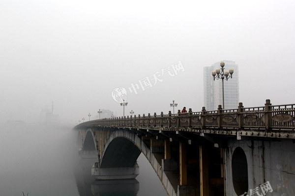 """浓雾中的长安大桥变身""""仙桥""""(摄影:杜烨)_副本.jpg"""