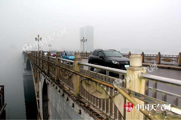 桥上来往车辆如同从仙境中进出一般(摄影:杜烨)_副本_副本.jpg