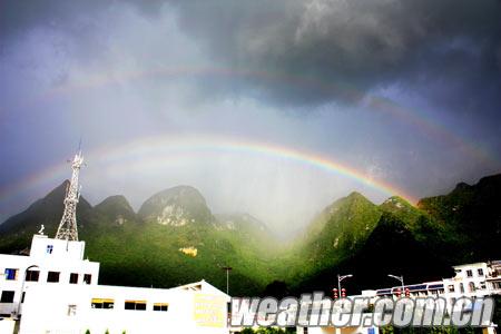 图为凌云县气象局观测场内拍摄到的双虹图片 (摄影:黄桂珍)