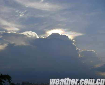 太阳光和云彩中的冰晶结构产生光的折射而形成的彩云