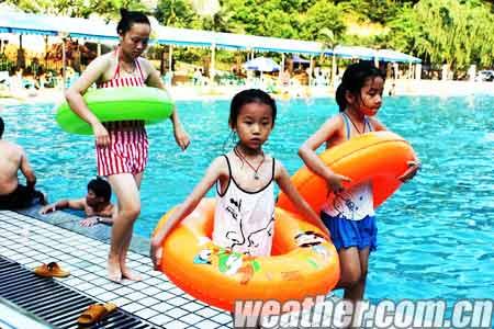 由于凉泉水温偏低,小孩子游泳,需控制好时间.(摄影:胡泉)