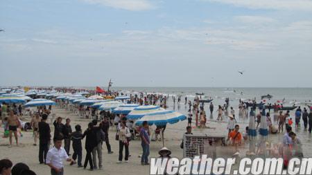 涠洲岛今日天气转好,海边游客增多.(蔡敏 摄)
