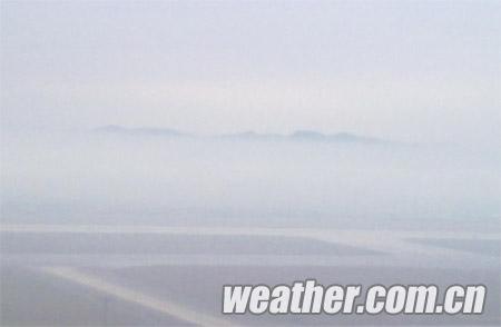 """南宁吴圩机场塔台拍摄到的""""海市蜃楼""""(摄影:刘丽君)"""