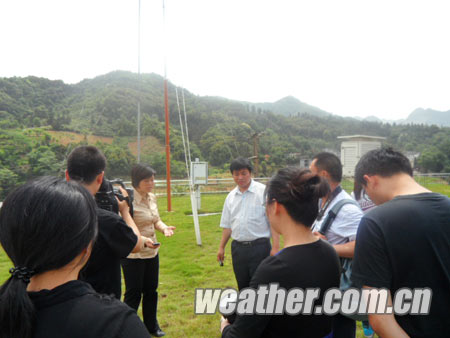考察组到东兰县气象局了解当地的气候对农业生产的影响及气象为农服务情况.jpg