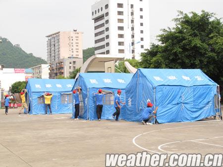 模拟地震发生后,志愿者搭建临时帐篷收容灾民