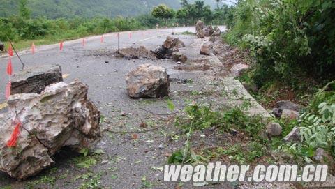 滚落的山石占据了半边马路(摄影袁桥飞)1.jpg