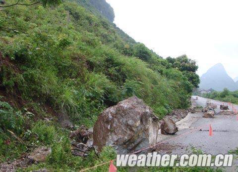 滚落的巨大山石(摄影:陈奇峰)1.jpg
