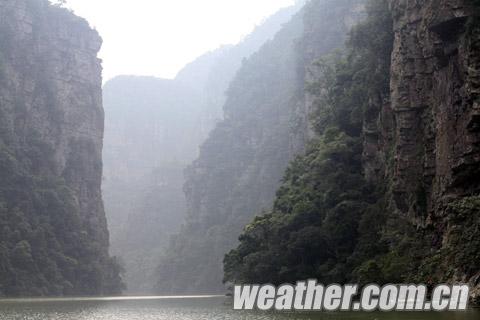2:圣堂湖峡谷沿河两岸风光秀丽,群峰峻秀、湖水清澈冰凉。摄影:叶海宁.jpg