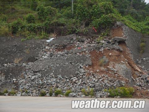 强降雨导致港口-东兴1级公路护坡塌方2(摄影:郭亮).JPG