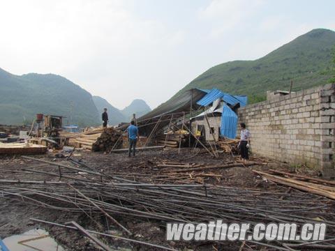 东兴镇为才村一木材加工厂房被大风摧翻