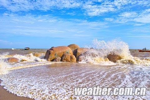 海浪拍打在礁石上溅起水花