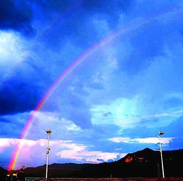 天空出现那一道彩虹_一道彩虹悄然升起,象一座五彩斑斓的拱桥呈南北向横跨天空.