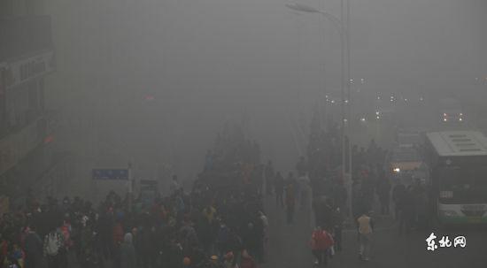 安发桥公交站台满是等车的市民。