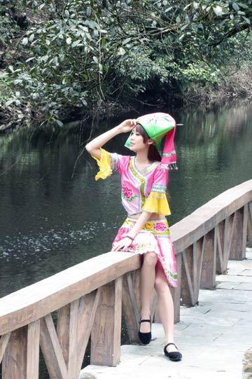 大明山杜鹃花旅游节开幕 美女模特与山花争艳