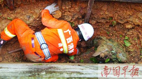 隆林滑坡致一妇女被埋 众人救援难挽其生命