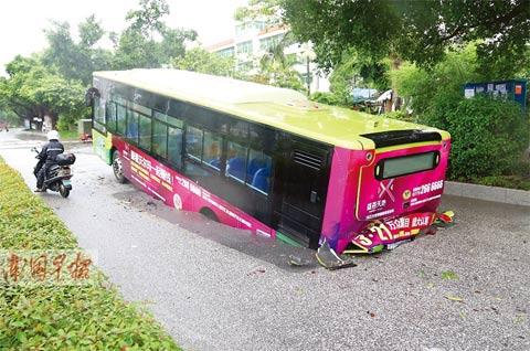 暴雨致地面塌陷公交车陷进大坑