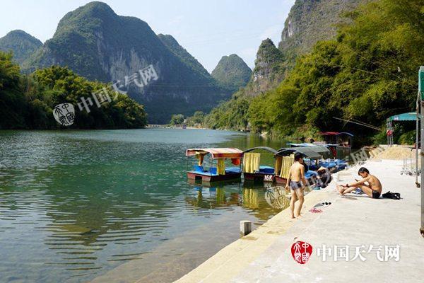 19日河池宜州最高气温达28℃,儿童在小龙村戏水游玩.(图/陈丽娜)