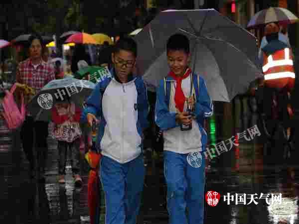结伴放学回家的小学生(摄影:林文桦).JPG