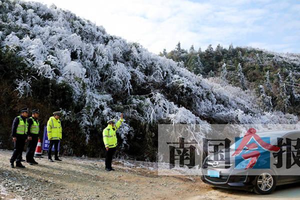 雪景虽美行车不容易 柳州交警保障道路安全