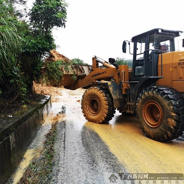 受暴雨影响 资源全州灌阳国省道塌方路段仍在抢险中